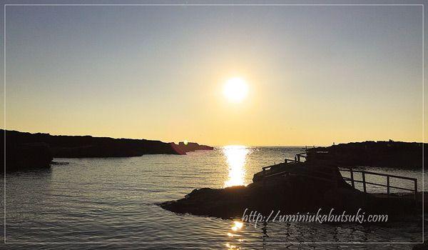 三浦半島城ケ島の長津呂の磯に沈む夕日