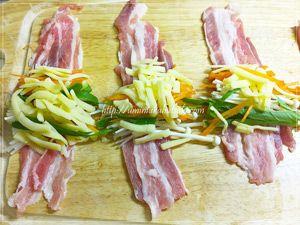 丁寧に広げた豚肉の上に、えのき茸とチンゲン菜と人参とチーズを乗せる