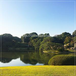「内庭大門」の向こうに広がる「回遊式築山泉水庭園」造りの六義園庭園