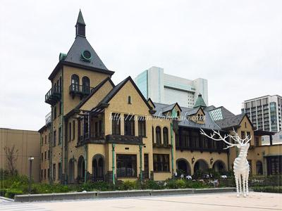 赤坂プリンスクラシックハウスの前に立つトナカイのオブジェ