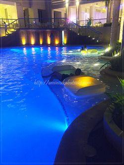 モーベンピックホテルマクタンアイランドセブ(Moevenpick Hotel Mactan Island Cebu)のライトアップされた夜のプール