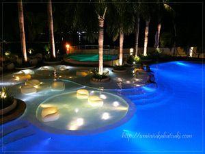 モーベンピックホテルマクタンアイランドセブ(Moevenpick Hotel Mactan Island Cebu)のプールは、幻想的な夜のライトアップが有名。