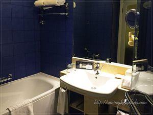 シャワーブースもあるバスルームはいつも清潔に清掃される。