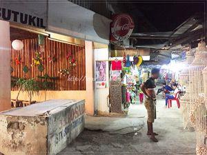 マクタン島マゼラン記念碑広場の路地裏にある、民芸品を安く販売するお店が軒を連ねる場所。