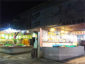 マクタン島マゼラン記念碑広場の路地裏にある、清潔な飲食店。
