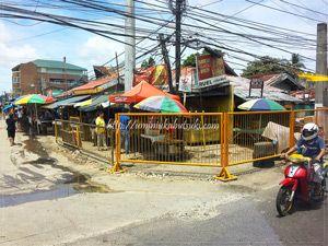 T字路から空港方面に徒歩で数分程度の角にある、現地住人の生活を支えるマーケット市場。