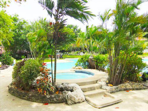 豊富な緑の中にある長閑な『セブ ホワイト サンズ リゾート アンド スパ』のプール