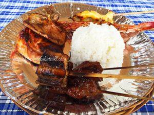 海鮮とお肉のバーベキューにライスが付いたランチプレート