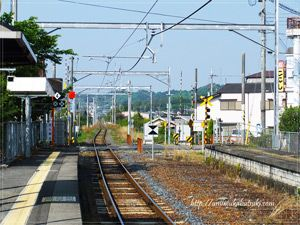 奈良と和歌山を結ぶ和歌山線は途中から単線になる。日帰り温泉金剛乃湯は大和二見駅で下車して徒歩約5分のところにある。
