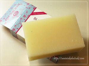箱から石鹸を出すと包装なしのむき出し。外国っぽさを感じます。