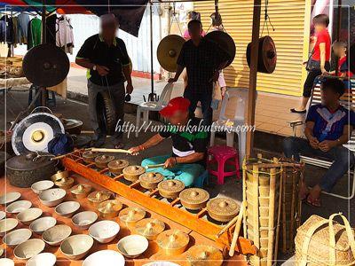 銅製のお鍋で演奏するオジチャン