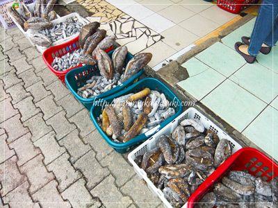 干魚市場の前に並べられていた乾燥ナマコ