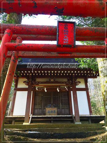 出口稲荷大明神の神社へ参拝するための階段。