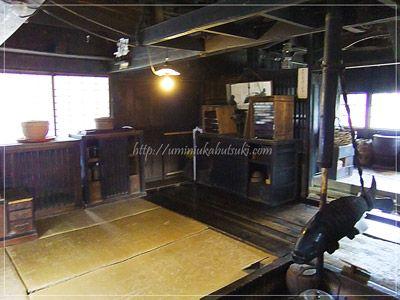 江戸から大正時代にかけて使われていた骨董品が、所狭しと並べられている。