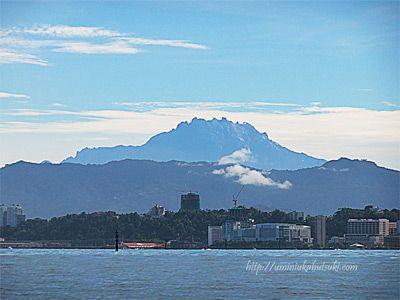 コタキナバルからサピ島へ渡る船上から見えたキナバル山。先住民族の間では、精霊が宿るとされている。