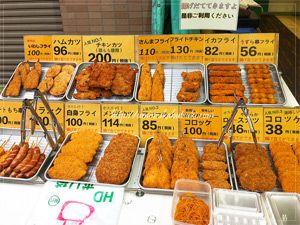 手のひらよりも大きいサイズのチキンカツ200円に、コロッケ38円と激安。最強コスパのお惣菜屋さん。