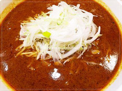 麺がほんの少し硬くツルツルとした滑らかさがあって、曲がりくねった麺に激辛スープが絡まる「四川食洞」の四川担々麺。