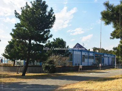 大黒海釣り施設の、魚釣りの受け付け事務所がある管理棟。