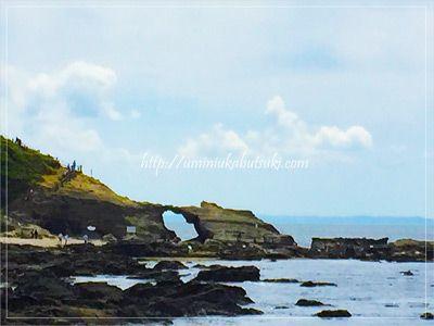 馬の背洞門までを海岸に沿って歩いて行くと、岩肌や砂利浜それぞれのコンビネーションが見られる。