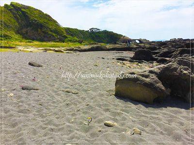 城ヶ島の西側の商店街方面から浜辺を歩いて行くと見えてくる馬の背洞門。