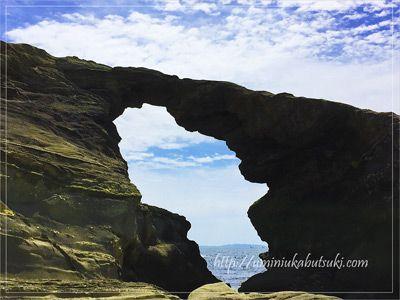 城ヶ島の名所、馬の背洞門。