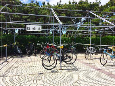 スタンドのないロードバイクが簡単に置けるサイクリスト専用の駐輪場がある。