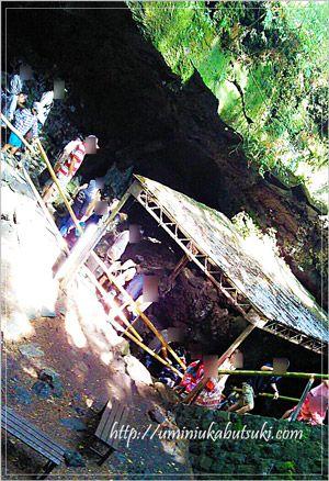 鳴沢氷穴は、富士山の地下に向かって、穴の奥深くに吸い込まれるように入っていく形状の、堅穴型洞窟。