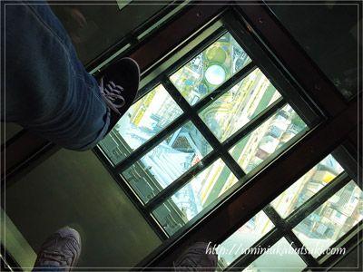 東京スカイツリーの展望デッキにあるガラス床から見た景色。