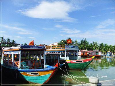 朝のホイアン旧市街は、通勤ラッシュが見られる傍ら、トゥボン川の船着き場に浮かぶ船の爽やかな景色も素敵