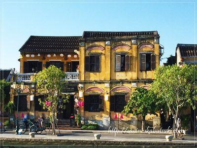 一段高い位置に建てられている世界遺産ホイアンの旧市街の建物