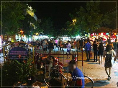 バクダン通りからトゥボン川を挟んだ向かいにある観光スポットのナイトマーケット