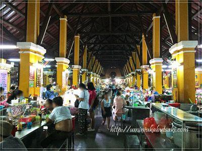 地元の人と観光客が集うホイアン市場の中