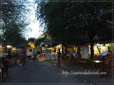 ホイアン市場の一角には、靴や雑貨、アクセサリーの小物などを大量に売る店舗が並ぶ