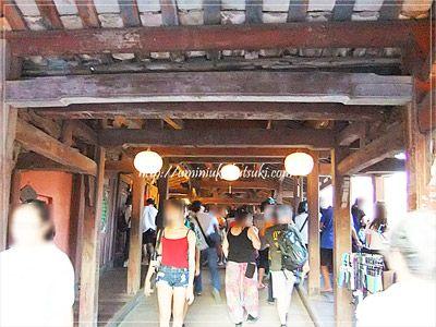 観光客で賑わう来遠橋(日本橋)の中