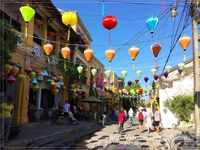 日中のホイアン旧市街を飾るカラフルなランタン