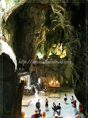 アメリカ軍の爆撃でできた深さ15mほどの縦穴に祀られる仏像