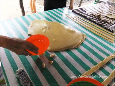 メコンデルタのココナッツキャンディー工場では、できたてのココナッツキャンディーをカットしてその場で袋詰めする。