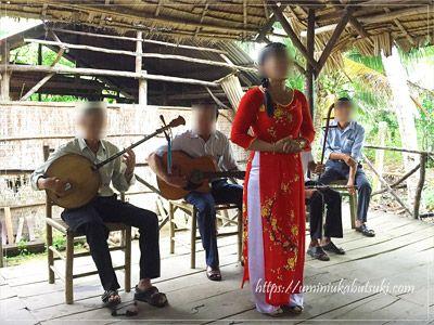 メコンデルタツアーの小休憩中に披露される、伝統的な歌と踊り。
