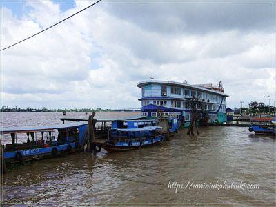 水深が20mもあるメコン川はゆったりとした流れで船を運びます