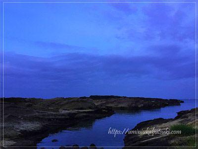 早朝の静かな城ケ島で見られる長津呂の磯