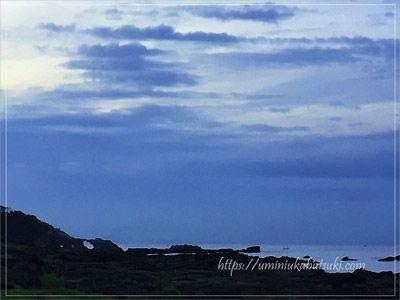 早朝の長津呂の磯から撮った馬の背洞門