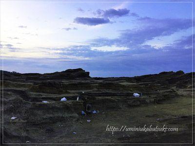 レジャーの後に残された城ケ島の海岸に散乱するゴミ