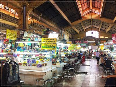 ベンタイン市場の中は飲食店街や雑貨、衣類などのカテゴリーに分かれていて、買い物客に分かりやすい