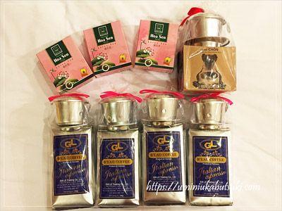 シルバーのベトナコーヒー約450円、蓮茶約150円、右上のベトナムコーヒー約600円