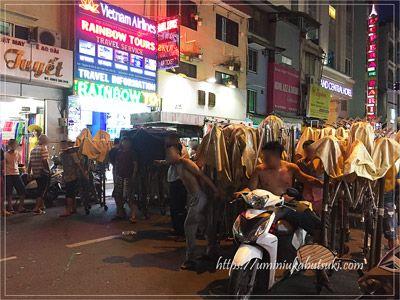夜市の準備開始時刻を待ち受ける地元ベトナム人の集団