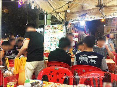 ホーチミンベンタイン市場の夜市に出る飲食店の光景