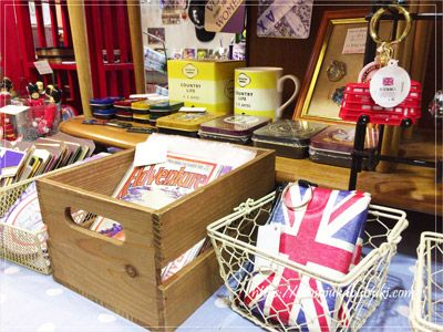 イギリス国旗をモチーフにした雑貨が並ぶ