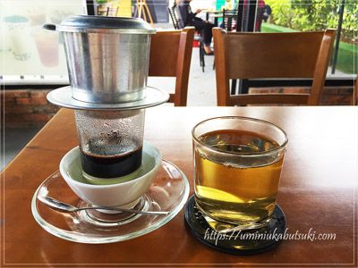 練乳の上に静かに落とすベトナムコーヒー