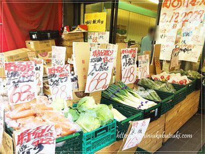 軒先にズラリと並ぶ肉の金井の安い野菜など