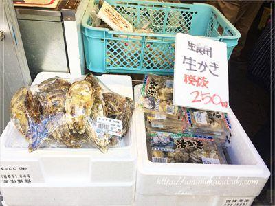 砂町銀座商店街の魚勝の店頭に置かれた宮城県産牡蠣